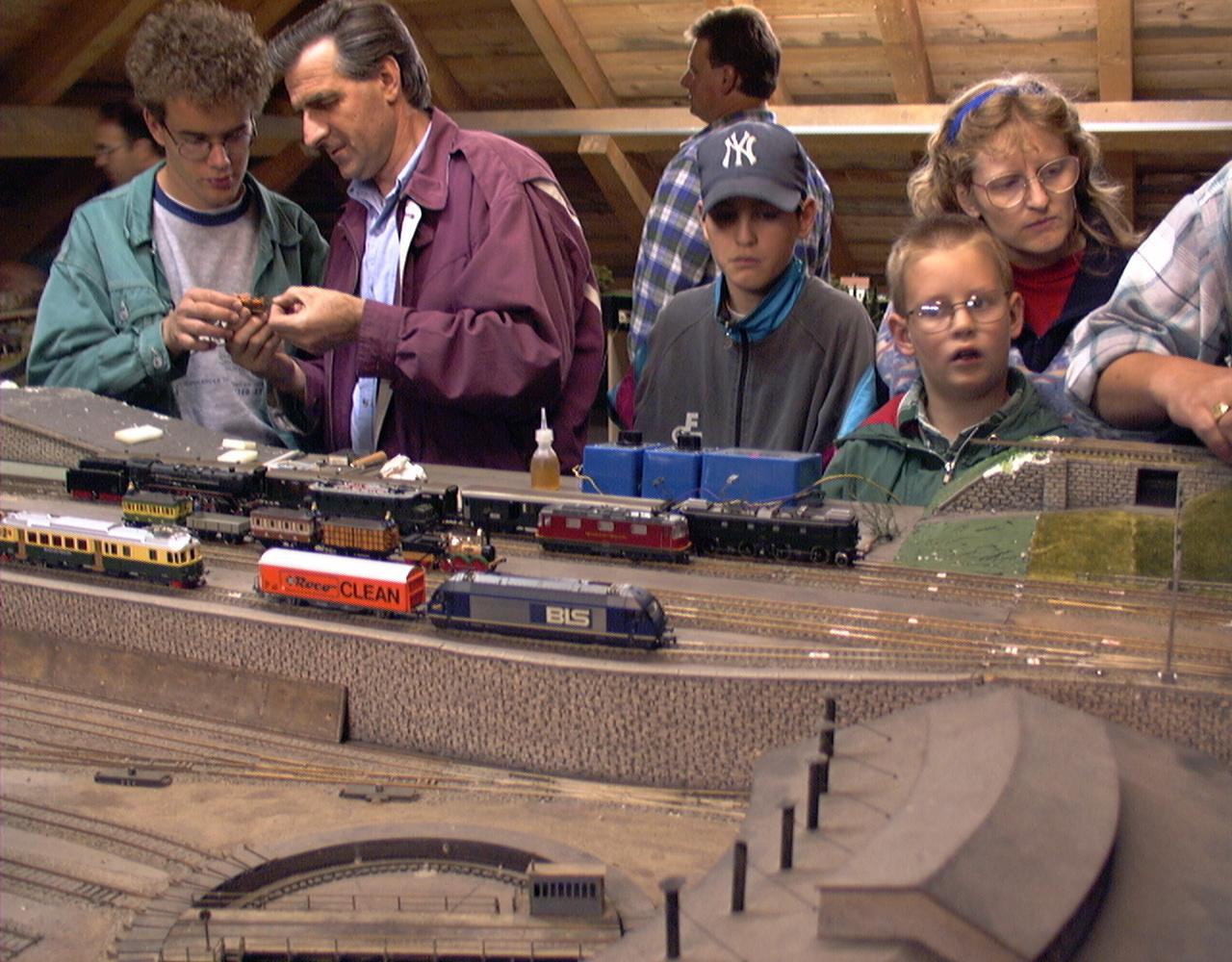 Ausstellung der Modelleisenbahn Anlage im Dorfzentrum im Jahr 1996