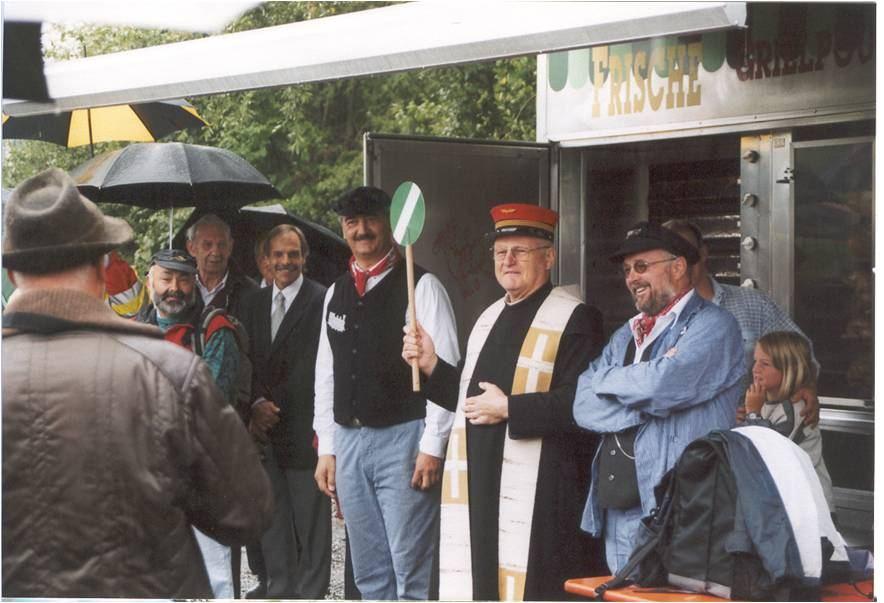 Pater Remigius eröffnet die Gartenbahn-Anlage im Jahr 2002