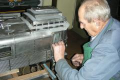 Alt-Posthalter Louis Zehnder bei der Arbeit an einer seiner Lokomotiven