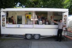 Thomas Minder präsentiert stolz den neuen Chilbiwagen im Jahr 2009
