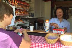 Freundliche Bedienung am Kiosk