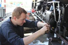 In der Grube kann an den Lokomotiven auf angenehmer Arbeitshöhe gearbeitet werden