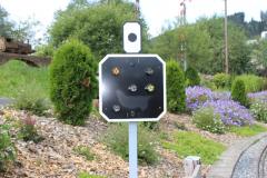 """Kombiniertes-Vor-/Hauptsignal zeigt den Fahrbefehl grün-orange """"Geschwindigkeit tief halten"""""""