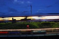 SOB-Flirt fährt bei Nacht an unserer Gartenbahn vorbei